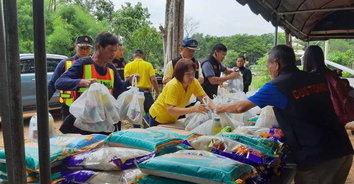 ด่านศุลกากรมุกดาหาร ช่วยเหลือผู้ประสบภัยน้ำท่วมที่อำเภอดอนตาล