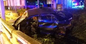 เศร้า พ่อค้านมขับเก๋งพาเมียกลับบ้าน ยางระเบิดเสียหลักชนราวสะพานดับ