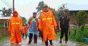 กลุ่มจิตอาสาอำนาญเจริญจับมือตำรวจลุยน้ำแจกของช่วยผู้ประสบภัยน้ำท่วม