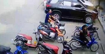 ออกจะเขินๆหน่อย! หนุ่มขี่รถผิดคันหน้าร้านสะดวกซื้อ ทำวุ่นทั้งเมือง(มีคลิป)