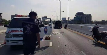 จักรยานยนต์ชน 6 ล้อ คนซ้อนกระเด็นตกพื้นถนน ถูกเก๋งทับซ้ำเสียชีวิต