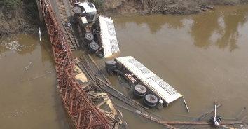 ฝ่าฝืนคำเตือน พ่วง 18 ล้อวิ่งข้ามสะพาน รับน้ำหนักไม่ไหวเกิดถล่ม เคราะห์ดีคนขับรอด
