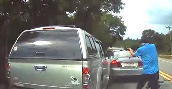 นาทีระทึก! ตำรวจขับรถชน ยิงยางรถยนต์พ่อค้ายาบ้ารายใหญ่(มีคลิป)
