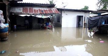 ฝนตกหนักน้ำเอ่อท่วมบ้านกว่าครึ่งหลัง หลายหน่วยเร่งมือรับสถานการณ์