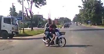 เกือบพินาศ! รถจักรยานยนต์ตัดหน้ารถเก๋งหวิดชนสยอง (มีคลิป)