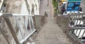 """แบบนี้ก็ได้? ราวสะพานลอยชำรุดกว่า 5 ปี ซ่อมทั้งทีใช้ """"ไม้"""" แทน """"สแตนเลส"""""""