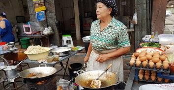 อร่อยไม่เคยเปลี่ยน! ผัดไทยเตาถ่านในตำนาน อยู่คู่ชาวอำเภอแกลงมาเกือบ 50 ปี