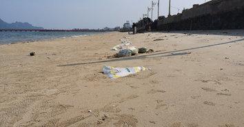 น้ำลดกระสอบผุด! ชาวเน็ตเดือดแห่แชร์ภาพกระสอบทรายเกลื่อนหาด