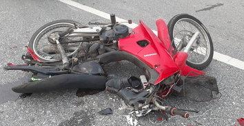 เกือบไปแล้ว! จยย.เสียหลักชนท้ายรถกระบะ หวิดโดนรถพ่วงเหยียบซ้ำ