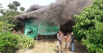 หนุ่มเครียดจัดถูกแม่เลี้ยงไล่ออกจากบ้านที่พ่อสร้างขึ้นมา จุดเผาบ้านวอดทั้งหลัง