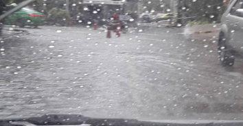 คนกรุงฮือฮา! ฝนตกกลางกรุง แห่แชร์ลูกเห็บตกย่านประตูน้ำ