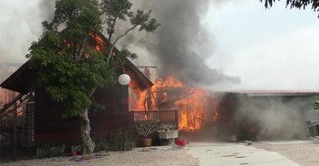 วอดยกหลัง! ไฟไม้บ้านทรงไทย อาจารย์แพทย์-ภรรยาหนีตายวุ่น