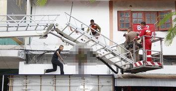 ชายคลั่งถือมีดปีนตึก ตำรวจกล่อมนาน 3 ชม.ไม่เป็นผล วางแผนบุกชาร์จตัวริมระเบียง