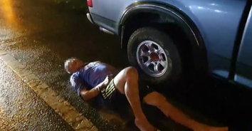เมาไม่ขับ! หนุ่มใหญ่เมาปลิ้นฉลองออกพรรษา จอดรถนอนกองบนพื้นถนน