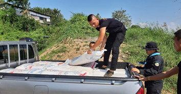 ทหารพรานมุกดาหารจับกุมน้ำตาลทรายลักลอบนำเข้าจากประเทศเพื่อนบ้าน