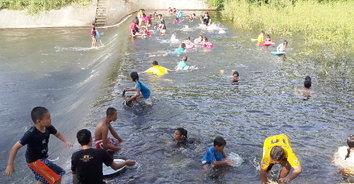 อ่างเก็บน้ำห้วยตู้ล่างคึกคักอีกครั้ง หลังฝนตก ชาวบ้านชวนกันมาเล่นน้ำคลายร้อน