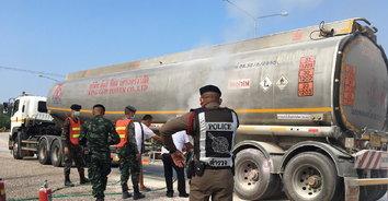 รถบรรทุกน้ำมันยางระเบิดไฟลุกไหม้ หวิดชนด่านตรวจบ้านห้วยหินฝน!