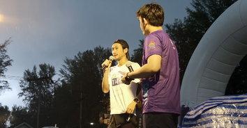 """""""ตูน บอดี้แสลม"""" นำทีมวิ่งก้าวคนละก้าวท่ามกลางสายฝนกระหน่ำ"""