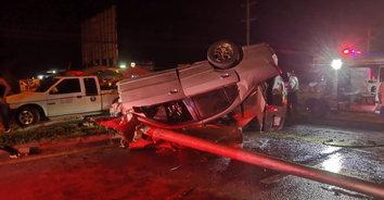 หนุ่มควบเก๋งเสียหลักชนเสาไฟฟ้าโดนอัดก๊อปปี้คาซากรถเสียชีวิต