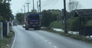 สะเทือนทั้งหมู่บ้าน! ชาวบ้านโวยรถบรรทุกดินวิ่งผ่านซอยทั้งวันบ้านสั่นหวั่นทรุดตัว