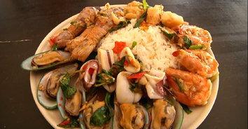 """""""ข้าวกะเพราโคตรทะเล"""" อิ่มจุกๆ ยกทะเลมาเต็มจาน อร่อยคุ้มค่าราคาไม่แพง!"""