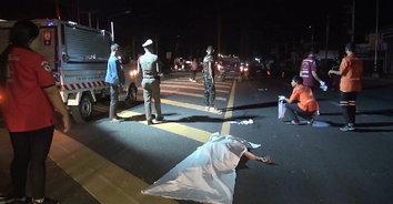 รถทัวร์ฝ่าความมืดพุ่งชนอดีตตำรวจ ดับสยองกลางถนน!
