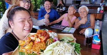 """ชวนชิม """"ผัดไทย-ข้าวแห้งโคตรเครื่อง"""" ฝีมือคุณยาย 2 พี่น้อง"""