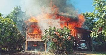 ใจแทบขาด-อุทาหรณ์เสียบสายชาร์จแบตทิ้งไว้ไฟไหม้บ้านวอดทั้งหลัง