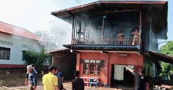 ยายจุดเทียนไหว้พระ เกิดไฟไหม้บ้านวอดไปครึ่งหลัง คาดเทียนล้มไหม้ลามบ้าน
