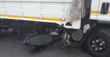 หนุ่มวัย 15 ซิ่ง จักรยานยนต์จะกลับรถ แต่พลาดชนรถ 6 ล้อ เสียชีวิตคาที่