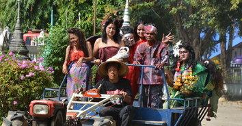 """""""ทอดผ้าป่าผีตาย"""" ประเพณีของชาวบางมัญ สิงห์บุรี หนึ่งเดียวในไทย"""
