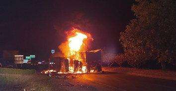ระทึก! พ่วง 18 ล้อ ชนท้ายกันอย่างแรงก่อนไฟลุกไหม้ คนขับหวิดถูกไฟคลอก