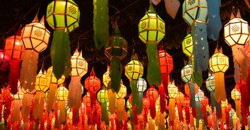 วัดล้าคึกคัก คนแห่บูชาโคมพันดวงเทศกาลยี่เป็ง
