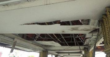 หวาดเสียว! ฝ้าเพดานหลังคาสะพานลอยถล่ม ชาวบ้านหวั่นเกิดอันตราย