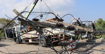 ระเนระนาด! รถเครนบรรทุกเรือเกี่ยวเสาไฟฟ้าล้ม 9 ต้น ทับรถยนต์เสียหาย 5 คัน