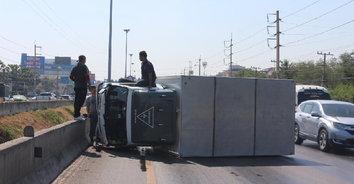 กระบะตู้ทึบเบรกกะทันหัน เสียหลักพลิกคว่ำขวางถนน โชคดีไร้คนเจ็บ