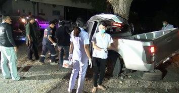 กระบะไม่เห็นทาง ควบรถชนท้ายรถสามล้อแดงดับอนาถคาซากรถ 2 ศพ