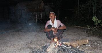 ผู้สูงอายุหมู่บ้านชายแดนตื่นเช้าก่อไฟผิงคลายหนาว