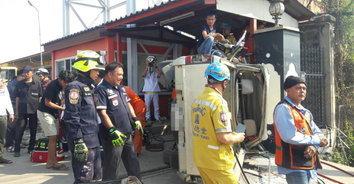 กระบะเสียหลักพลิกตกคูน้ำคว่ำชนกำแพง เสียชีวิตคาซากรถ 2 ราย!
