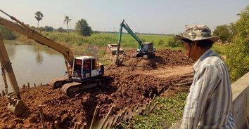 รถพ่วงบรรทุกดินวิ่งฝ่าหมู่บ้าน วอน จนท.ดูแล หวั่นลูกหลานถูกเหยียบตาย