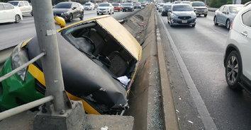 ง่วงไม่ขับ! ลุงขับแท็กซี่หลับในชนป้ายบอกทางบาดเจ็บ