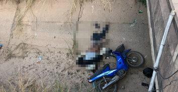 หนุ่มเคราะห์ร้ายขี่รถจักรยานยนต์กลับบ้าน เสียหลักพุ่งตกคลองกระแทกพื้นดับคาที่!