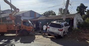 หนุ่มผู้รับเหมาควบรถเสียหลักชนเก๋งจอดข้างทาง ก่อนพุ่งชนเสาไฟฟ้าหักโค่น