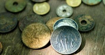 นักล่าสมบัติแห่ร่อนหาของมีค่าแม่น้ำปิง ได้เหรียญเก่าโบราณเพียบ!