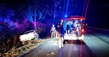 สารวัตรใหม่ขับรถยนต์ไปหาภรรยาที่น่าน เสียหลักชนต้นไม้อาการสาหัส