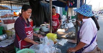 """""""น้ำพริกปลาทูตำสด"""" รายได้ครึ่งแสนต่อเดือน ชาวไทย-กัมพูชา แห่อุดหนุนไม่ขาดสาย"""