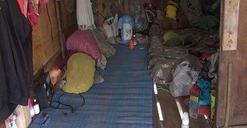 สุดรันทด 8 ชีวิต ยัดเยียดอยู่ในบ้านผุพังชายป่า