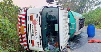 หวาดเสียว! รถบรรทุกน้ำมันรวม 19,000 ลิตร พลิกคว่ำขวางเลนทั้งสองข้าง