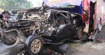 หนุ่มส่งสินค้าซิ่งหลับใน ชนยับ 5 คันรวด ชายวัย 58 ปี ถูกอัดก็อปปี้ดับคาซากรถ