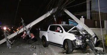 สร่างเมาแทบอยากตาย! หนุ่มวัย 43 เมาซิ่งรถกระบะชนเสาไฟฟ้าล้มทับรถหรูสองคัน
